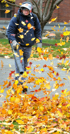 Beverly:<br /> Beverly Parks Department worker Glenn Andersen uses a leaf blower to move the leaves off the walkways at Beverly Common.<br /> Photo by Ken Yuszkus / The Salem News, Tuesday, November 12, 2013.