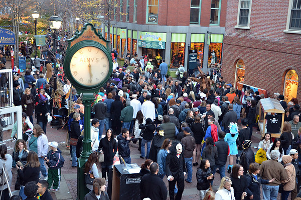 Salem: At 5:30pm on Saturday, Essex Street has a steady flow of people.  photo by Mark Teiwes / Salem News