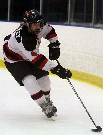 Marblehead's Eliza Quigley (4) carries the puck against Beverly on Saturday. David Le/Salem News
