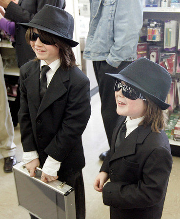 Peabody: Siblings, Zane Clark, 8, left and Caden, 6, o Beverly are all smiles after getting the chance to meet actor Dan Aykroyd, while at Kappy's Liquors Friday afternoon. Photo by Deborah Parker/Salem News Friday, February 27, 2009.