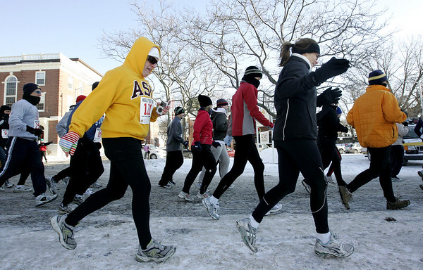 Salem: A pack of runners make their way through downtown Salem during the Wicked Frosty Four Miler which began on Front Street. The race had a large turnout despite the bitter cold temperatures.<br /> Photo by Deborah Parker/Salem News Thursday, January 01, 2009