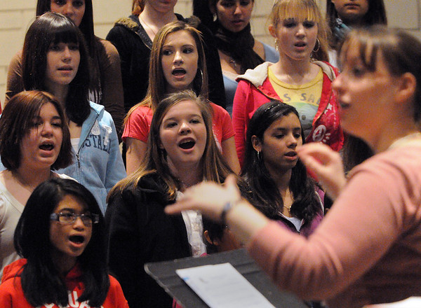 Peabody:<br /> Jennifer Moros, music teacher, directs the 8th graders at the Higgins Middle School during practice for the upcoming winter concerts.<br /> Photo by Ken Yuszkus/Salem News, Tuesday, Decmber 8, 2009.