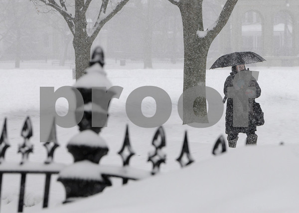 Salem:<br /> Carrying her son Jack, Sara Allen of Salem walks through the Salem Common in the snowstorm late in the morning.<br /> Photo by Ken Yuszkus/Salem News, Wednesday,  January 28, 2009.