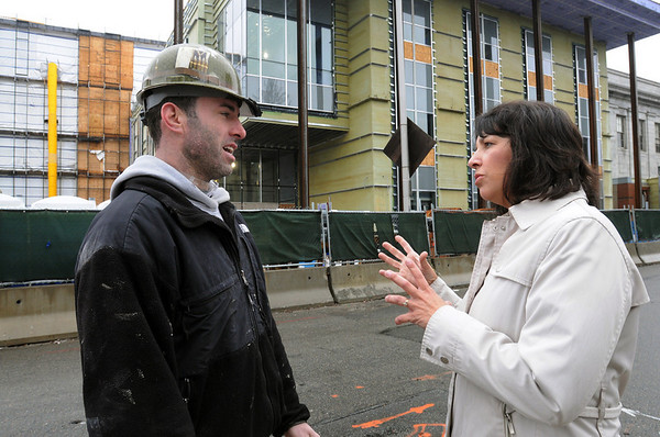 "Salem:<br /> Vince Biggin, of Local 26 Carpenters Union, talks with Mayor Kim Driscoll in front of the courthouse project where he works. He is a member of a program called ""helmets to hardhats"" where members of the military transition from active duty to a stable career in the construction industry.<br /> Photo by Ken Yuszkus/Salem News, Wednesday, March 31, 2010."