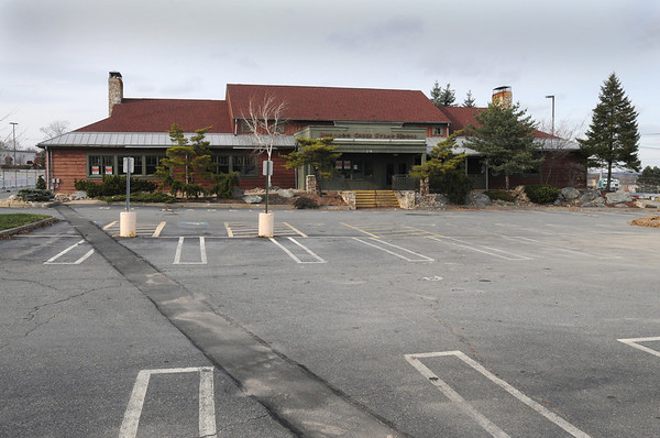 Peabody:<br /> The former Bugaboo Creek Steak House is closed and fenced off at the North Shore Mall.<br /> Photo by Ken Yuszkus/Salem News, Tuesday, November 22, 2011.