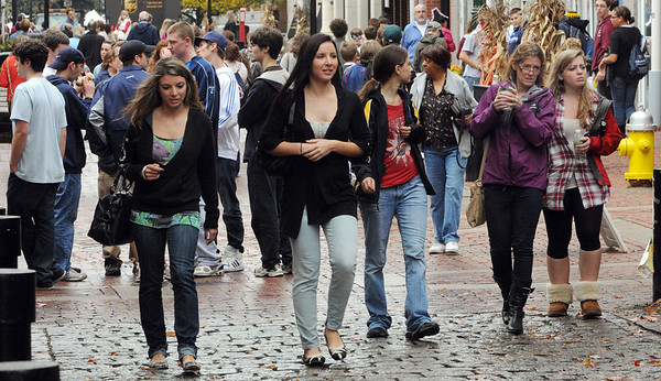 Salem:<br /> Many pedestrians walk along Essex Street on Wednesday. There has been a steady influx of visitors coming to Salem as Halloween approaches.<br /> Photo by Ken Yuszkus/Salem News, Wednesday,  October 27, 2010.