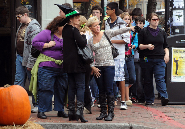 Salem:<br /> Crowded sidewalks at the corner of Liberty Street and Derby Street. There has been a steady influx of visitors coming to Salem as Halloween approaches.<br /> Photo by Ken Yuszkus/Salem News, Wednesday,  October 27, 2010.