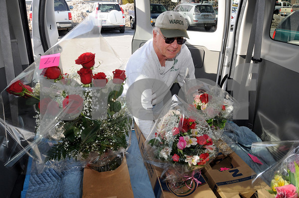 Peabody:<br /> Jim Farley on his way to deliver bouquets of flowers for Valentine's Day, arranges the bouquets for travel in the back of the delivery van.<br /> Photo by Ken Yuszkus/Salem News, Friday,  February 13, 2009.