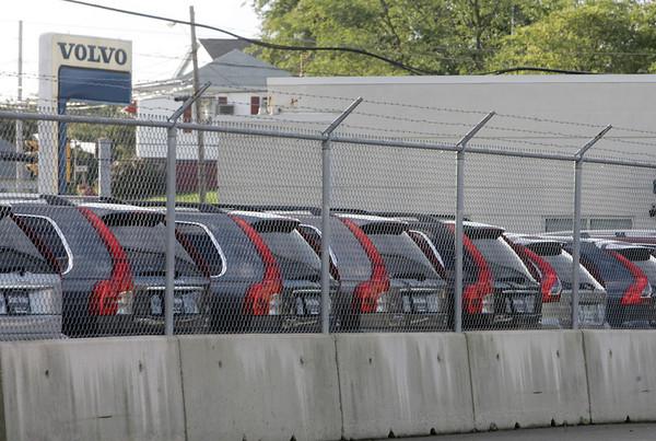 Salem: Stutz Volvo on Highland Avenue has closed.  photo by Mark Teiwes / Salem News