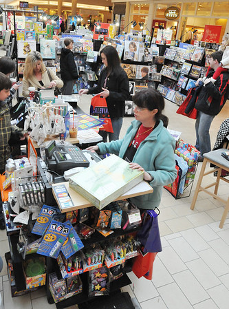 Peabody: Alice Kidawski, right, and her daughter Joy both work at the Calandar Club kiosk at the North Shore Mall.  photo by Mark Teiwes  / Salem News