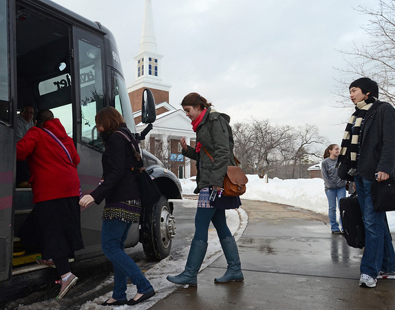 Wenham: Gordon College students board Shuttle bus shared by Endicott, Gordon, Montserrat College students.  photo by Mark Teiwes  / Salem News
