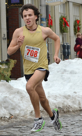 Salem: Alex Gomes, Salem State junior, pushes towards the finish line  winning the Wicked Frosty Four road race with a time of 21 minutes 42 seconds.  photo by Mark Teiwes  / Salem News