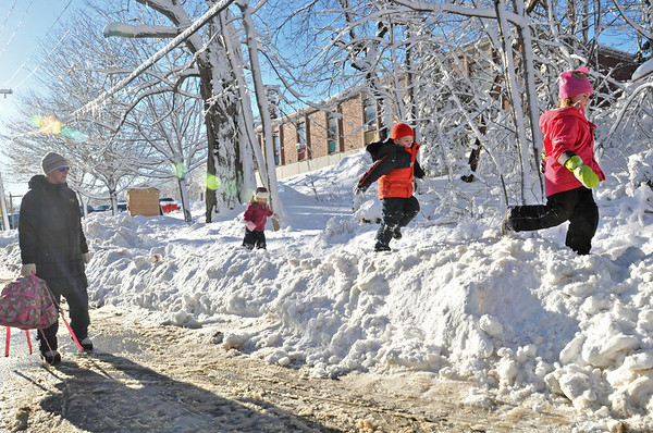 Marblehead: Linda Guy, left, walks with her kindergarten daughter Ginger Guy, son Jack, pre-k, and Saylor Caruso, kindergarten, outside the Bell School.   photo by Mark Teiwes  / Salem News