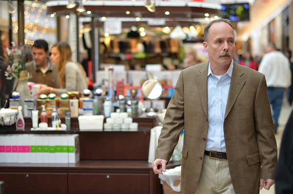 Peabody: Mark Whiting, North Shore Mall genral manager walks past Essense kiosk.  photo by Mark Teiwes  / Salem News