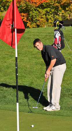 Ipswich: Ipswich's Adam Stelline, ranked fourth, watches as the ball rolls slowly towards the pin after a put.  photo by Mark Teiwes / Salem News