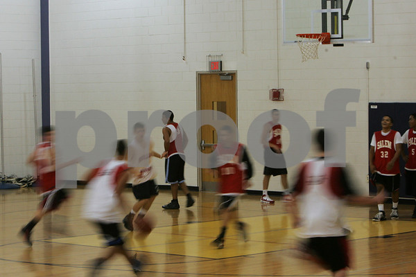 Salem: The Salem High School basketball team runs the floor during a scrimmage at practice on Monday. Photo by Matthew Viglianti/Staff Photographer Monday, December 8, 2008.