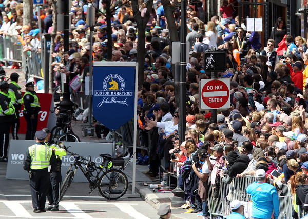 Thousands of people packed the sidewalks of Boylston Street to watch the 118th running of the Boston Marathon on Monday morning. DAVID LE/Staff photo 4/21/14