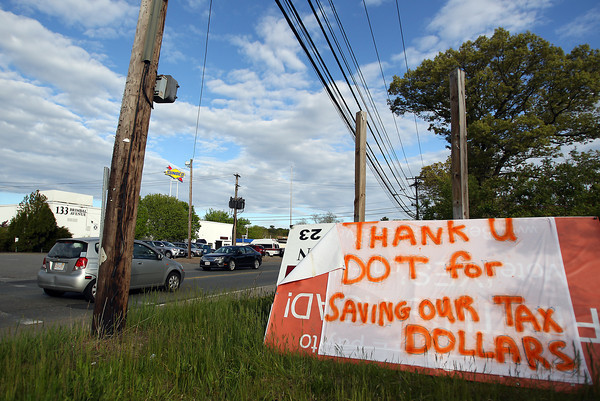 A thank you sign hangs over an old sign along Brimbal Ave in Beverly. DAVID LE/Staff photo. 5/20/14