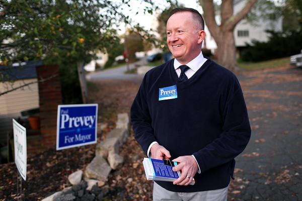 HADLEY GREEN/Staff photo<br /> Salem mayor candidate Paul Prevey talks with a supporter while campaigning on Scenic Ave in Salem ahead of the election next week.<br /> <br /> 10/27/17