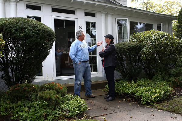 HADLEY GREEN/Staff photo<br /> Salem Mayor Kim Driscoll speaks to Edward Scialdoni while campaigning on Lafayette Place in Salem.<br /> 09/30/17