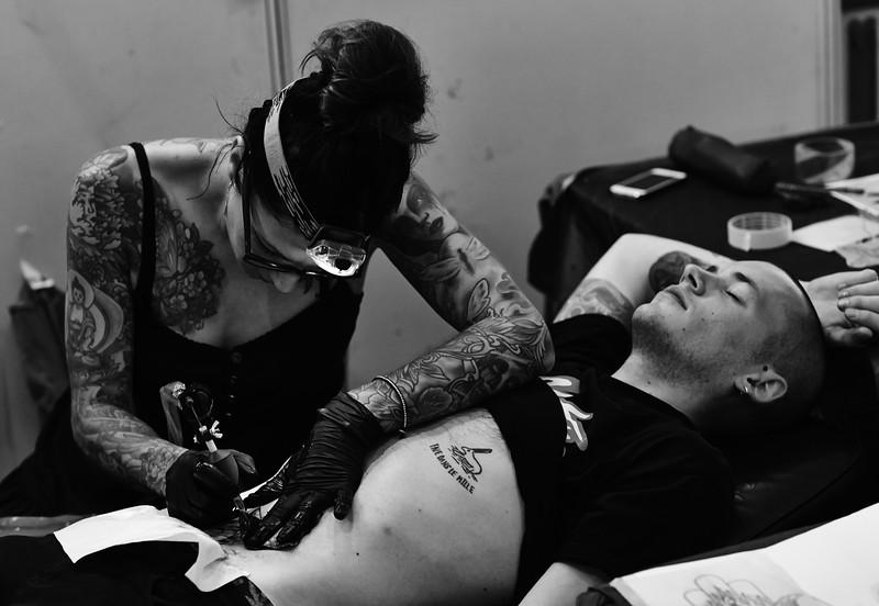 Elin tattooing a customer