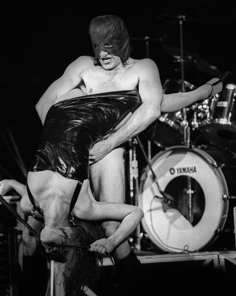 """Re Styles and Fee Waybill performing """"Mondo Bondage"""" with the Tubes at Winterland on December 28, 1978."""