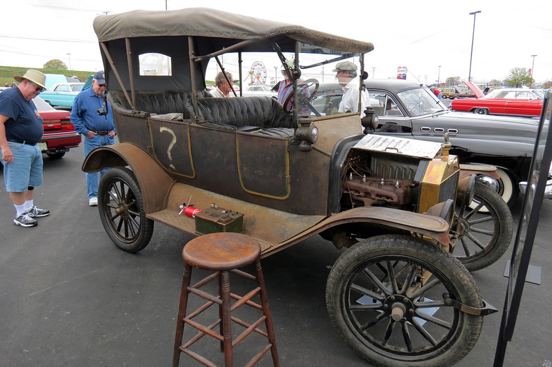 From what I read, this must be an early 1915 model.  Sometime during the 1915 model year, Ford phased in curved front fenders.  But this car still has flat front fenders.