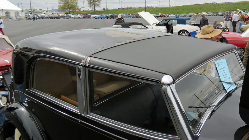 The Towncar body featured an open driver's compartment.