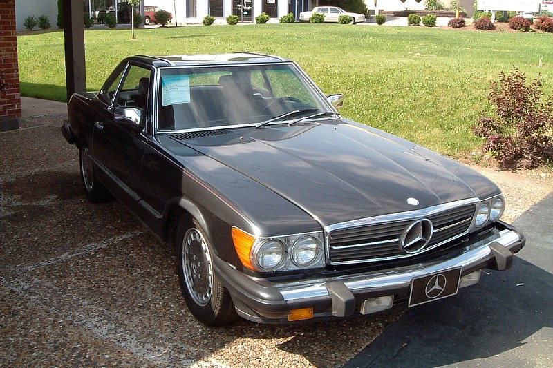A beautiful Mercedes-Benz 560SL roadster in an unusual color.