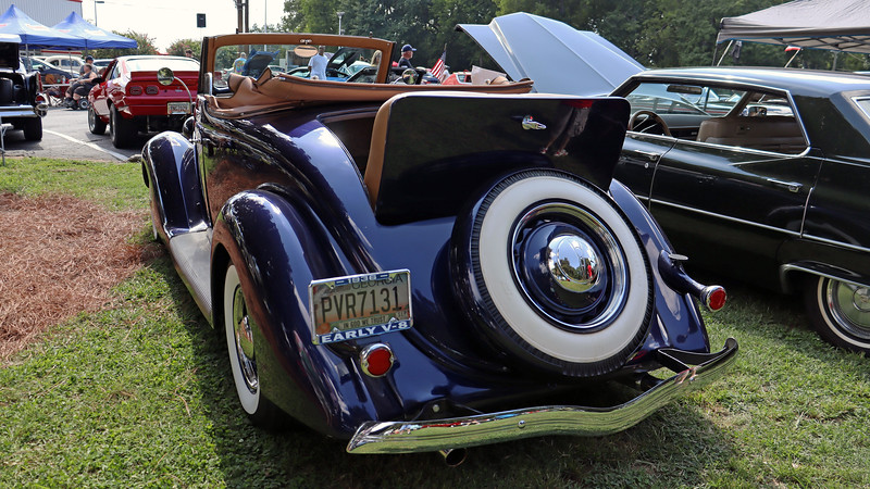 This was a stunning car !  Ford's styling department was at the top of its game during these years.