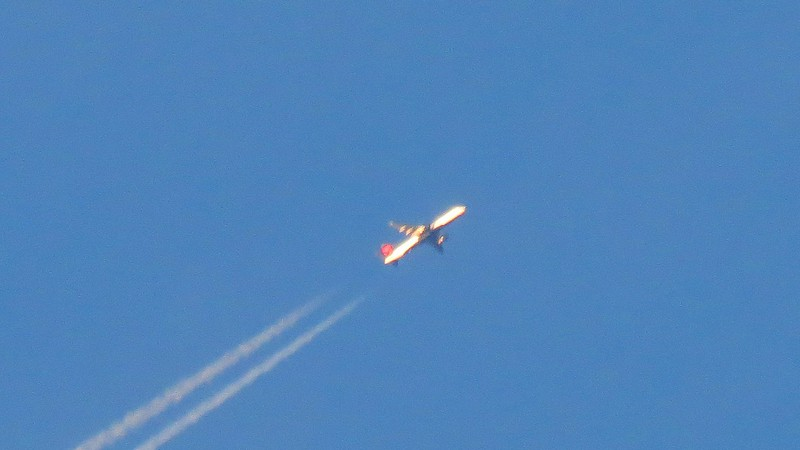 But even at full 140x zoom, (35x optical and 4x digital), the outline of an airplane is clearly visible.