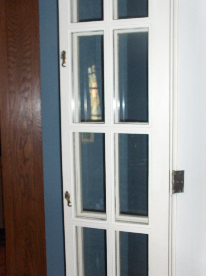 Door from kitchen to dining room