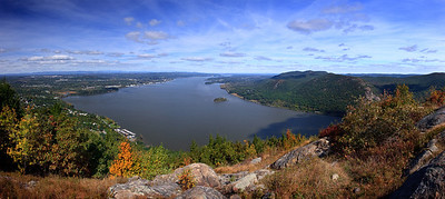 Looking north up the Hudson River from the summit of Storm King Mountain