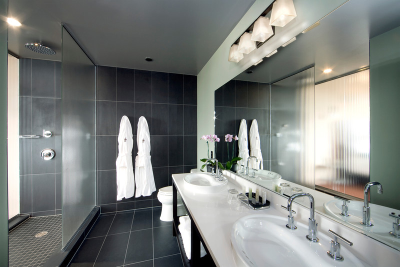 Corner Alcove guest bathroom at The Iron Horse Hotel<br /> Photo by: Mark Heffron