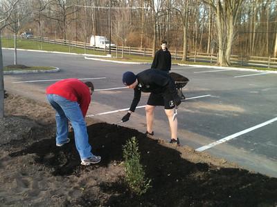 2012-12-06 Volunteers plant & mulch rain gardens