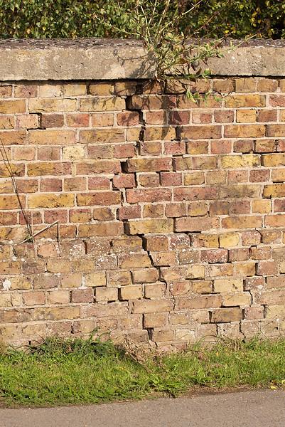 25th Sep 06:  Bridge crack at Southbury Lane in Ruscombe