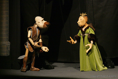 41. Gaston : Nieë'k, madam, nieë'k.  'k En mag eir dat ni toestoon.'k Hem 't gezwoeren, en 'k moeng mij haven on mijn woerd. 'k Hoep dat ge dat verstotj.