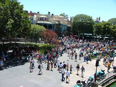 """What a LONG line for Pirates, and they have removed the old """"turning"""" queue, so the guest line went almost all the way to..."""