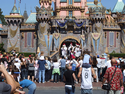 Noon on Sunday, they had a new celebration in front of the castle