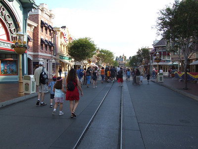 About 7:30, and the Early Entry folks are already lining up for POTC