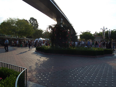 Folks without Early Entry tickets waiting for the 8 AM opening at around 7:20 AM