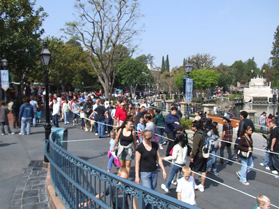 Busy day at the park, extended queue for Pirates going to almost the Haunted Mansion entrance.