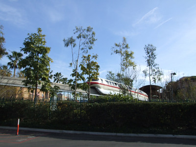 Look, the Monorail is going FORWARD from the Dtd Station!!!!