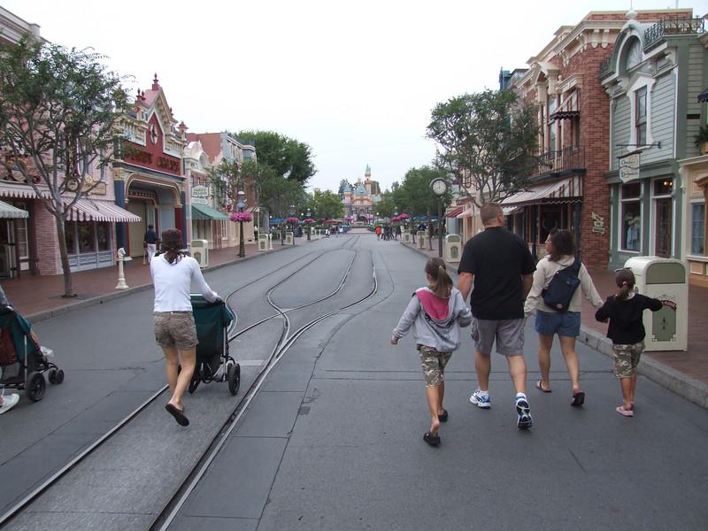 Early Entry folks enjoying a pretty empty Main Street just before 8 AM