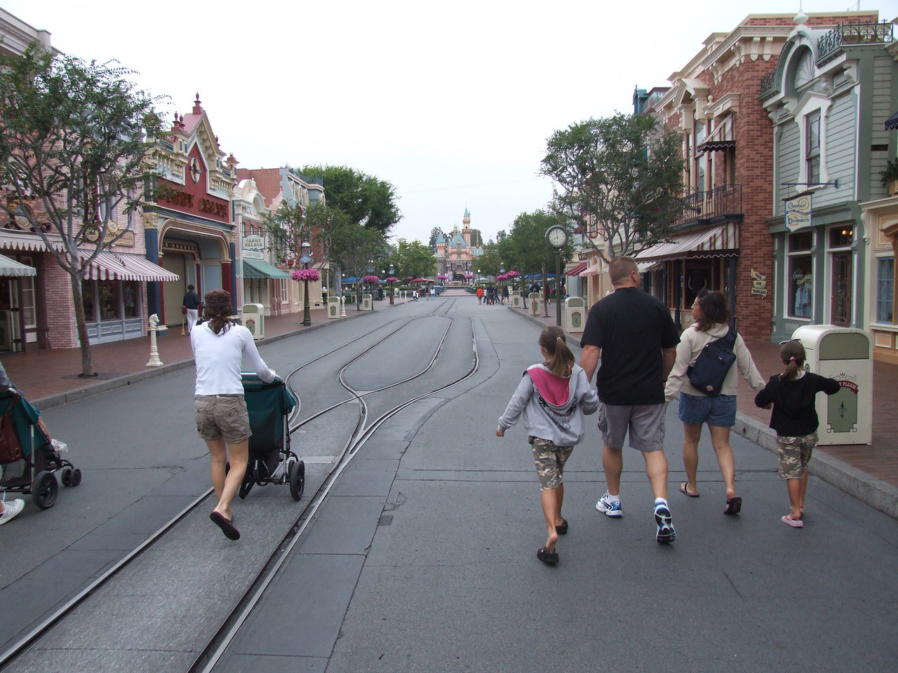 Early Entry folks enjoying a pretty empty Main Street just before 8 AM