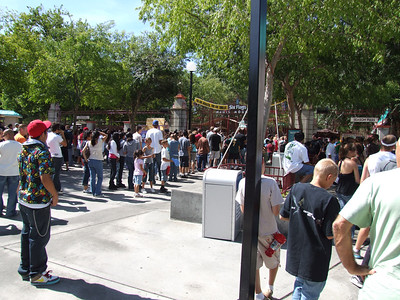 Lots of folks waiting for Park Opening, currently 10:30 AM during the week (10 AM on weekends)