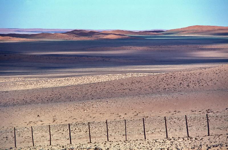 """Namibia 1985, Namib-Desert<br /> """"unerwarteter Farbreichtum - wer behauptet da, die Wüste sei öde. Offenbar nicht der Besitzer, sogar hier in der unendlichen Weite der Namib scheint jeder Flecken jemandem zu gehören..""""??"""""""
