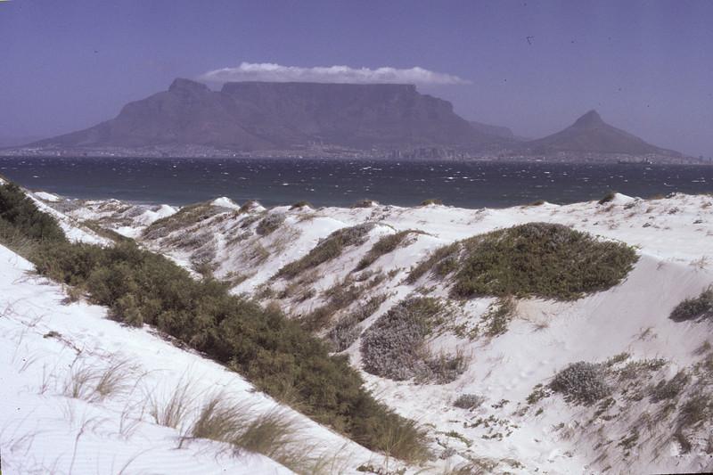 """Sicht auf Capetown/Kapstadt, Südafrika 1985, ©RobAng (TableMountain mit gedecktem """"tablecloth"""""""