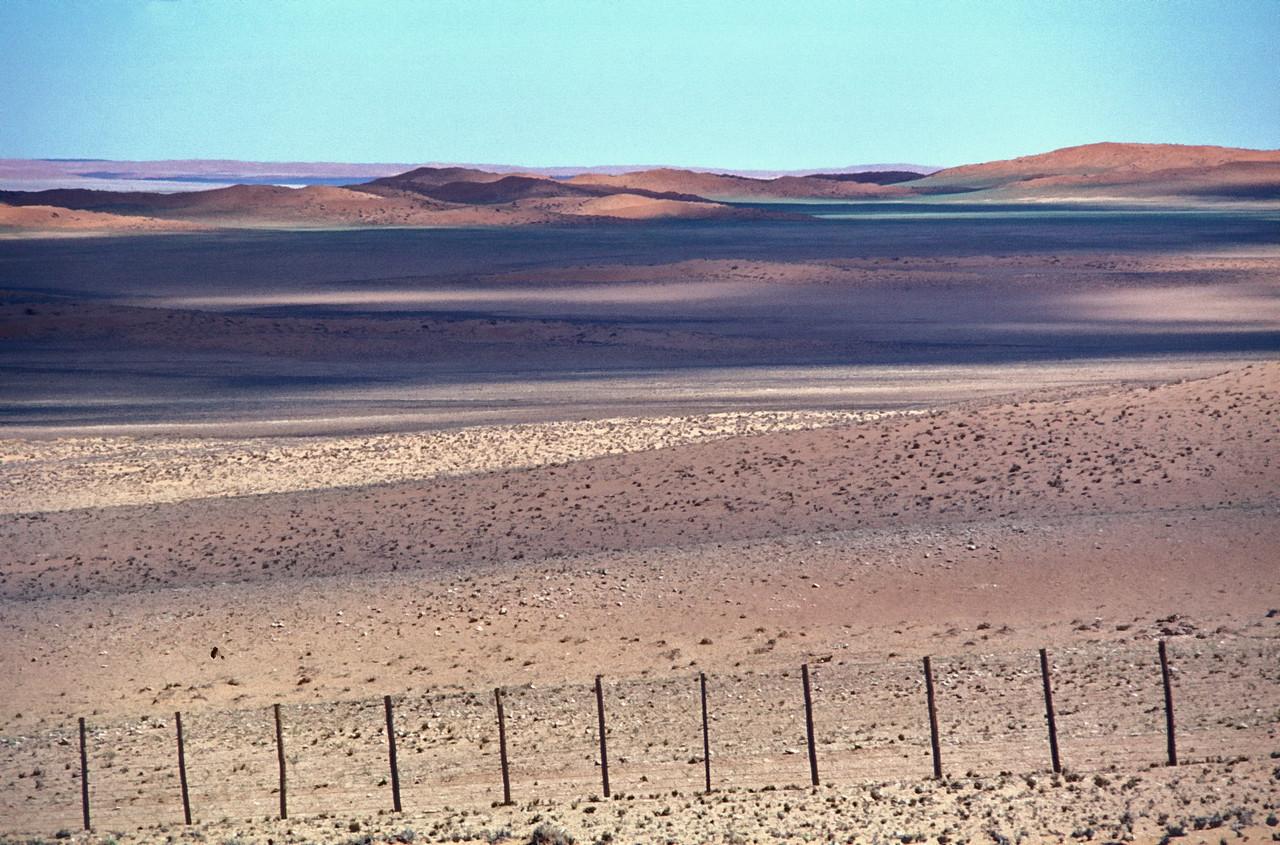 """Namibia 1995, Namib-Desert<br /> """"unerwarteter Farbreichtum - wer behauptet da, die Wüste sei öde. Offenbar nicht der Besitzer, sogar hier in der unendlichen Weite der Namib scheint jeder Flecken jemandem zu gehören..""""??"""""""