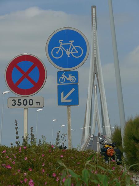© RobAng 2011 - Velotour GB (Dorset-Devon-Cornwall). Es kann losgehen: Via Pont de Normandie vom Camping/Autoparkplatz ausserhalb Honfleur zum Fährhafen in Le Havre. Haute-Normandie, Fiquefleur-Équainville, Höhe 8 m